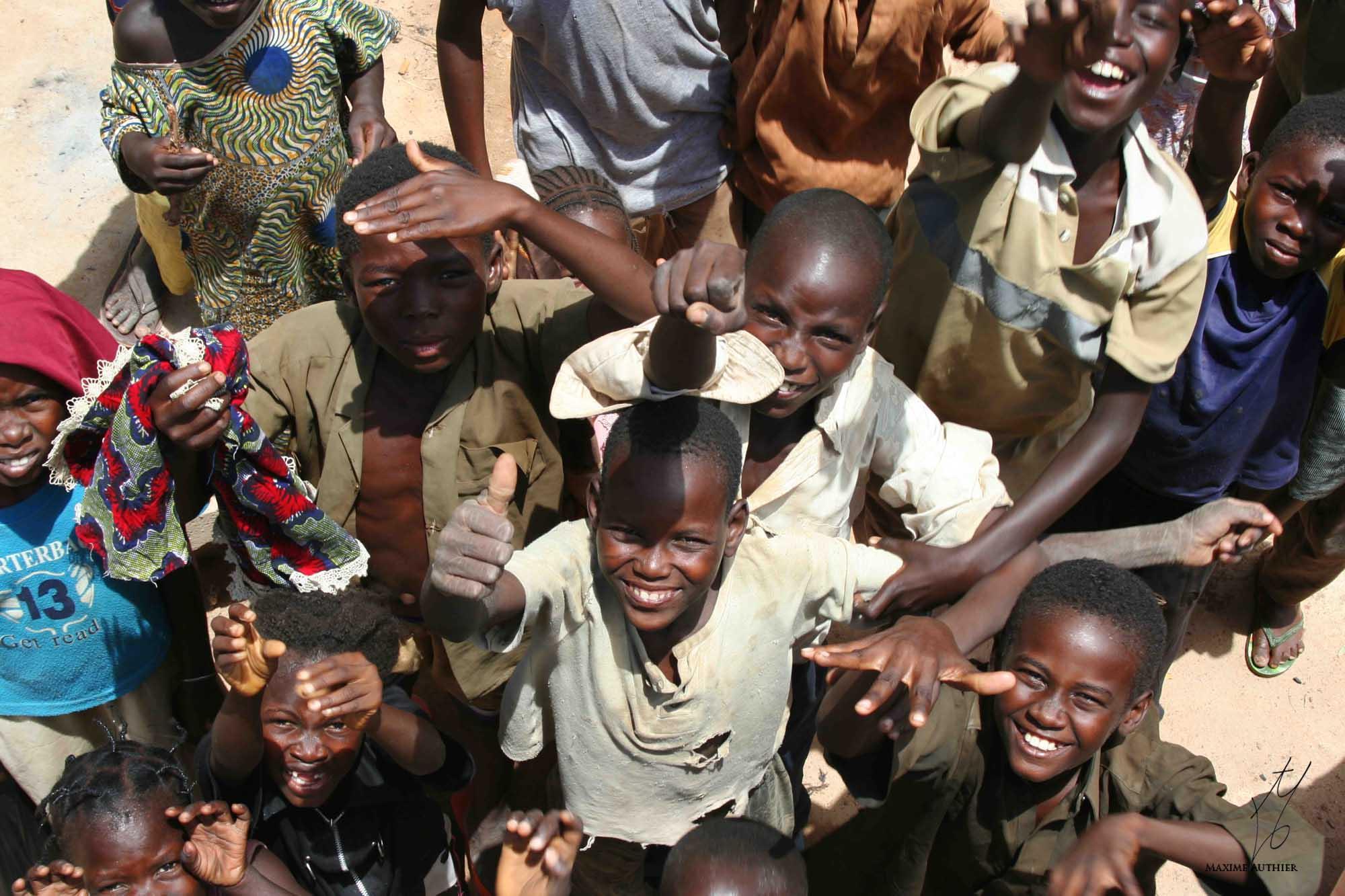 Enfants posant avec joie pour la photo