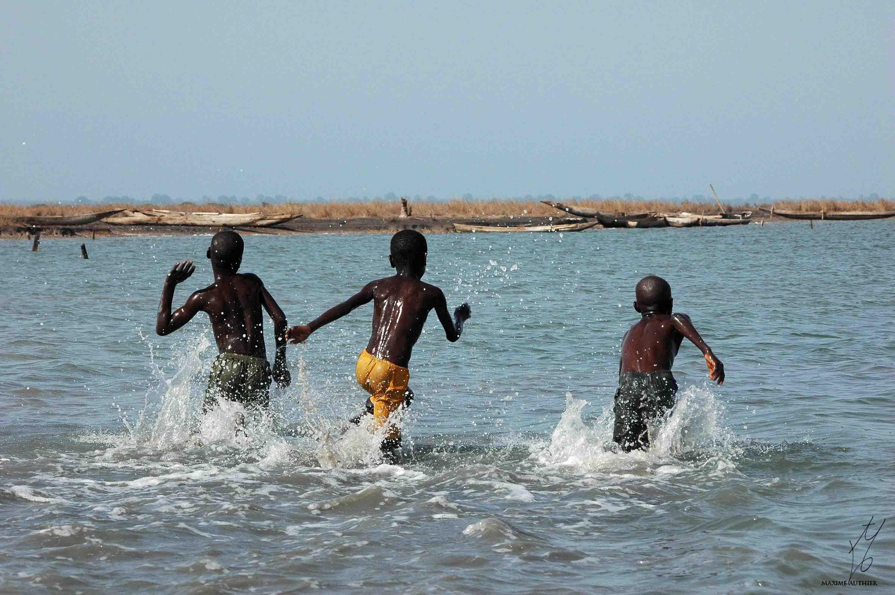 Enfants jouant dans l'eau au Sénégal