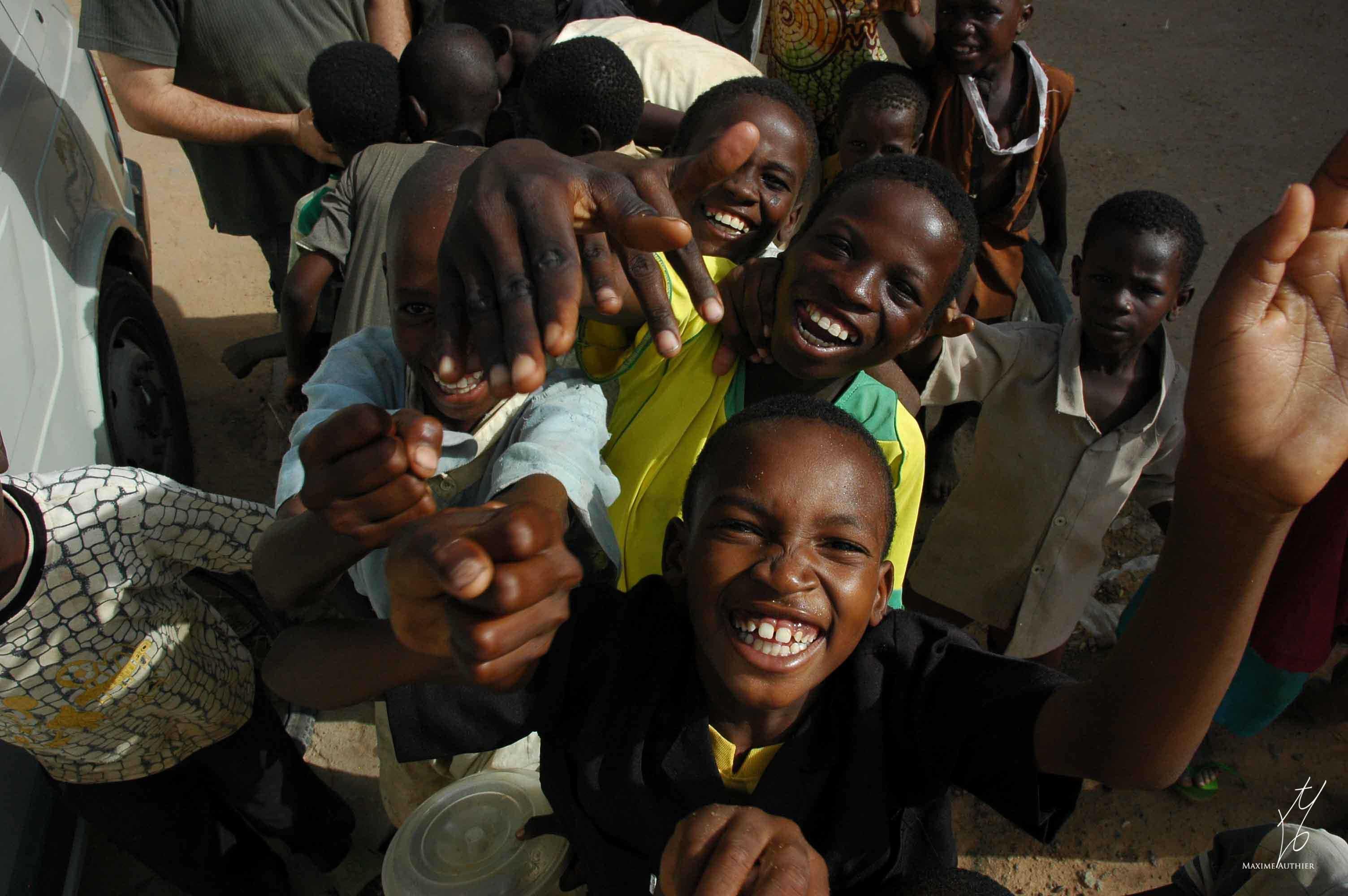 Un groupe d'enfant se prête au jeu de la photographie