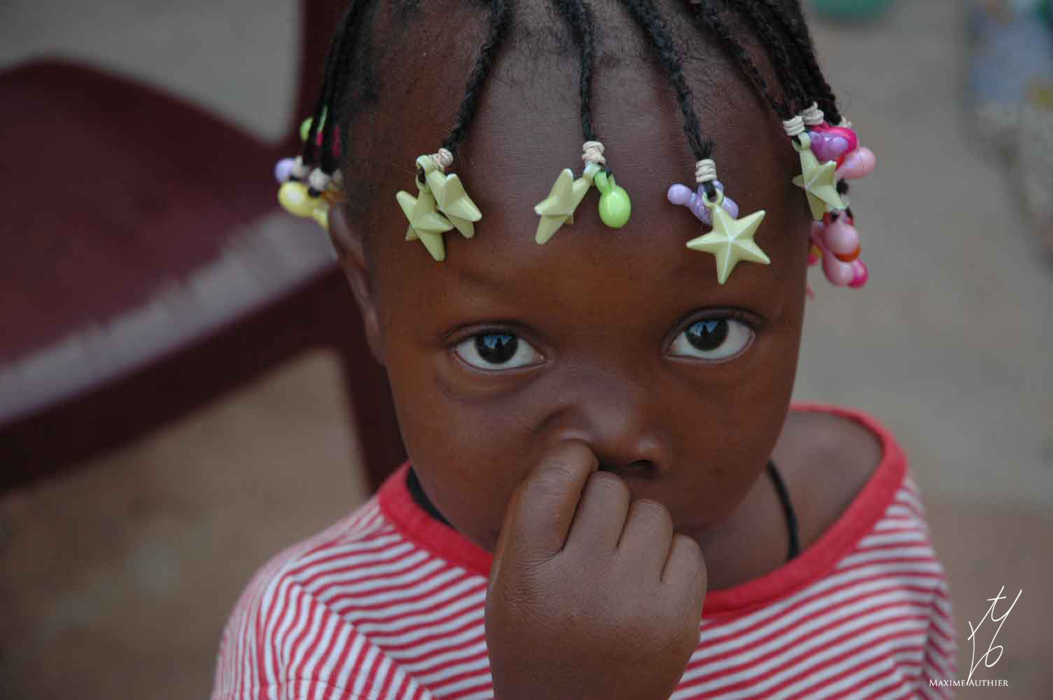 Jolie coiffure et jolie regard d'une petite fille africaine