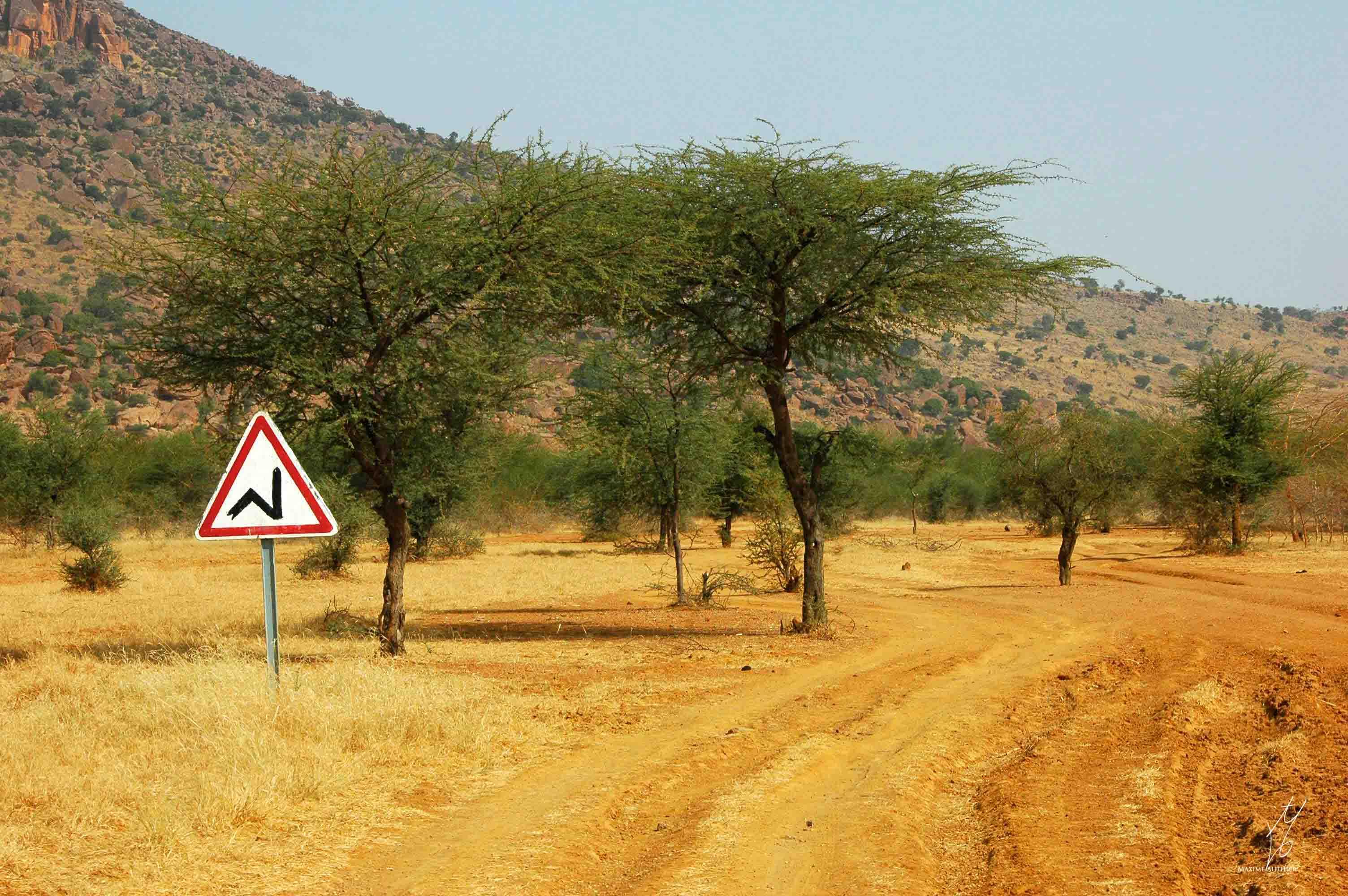 Un panneau très original sur une route au Mali